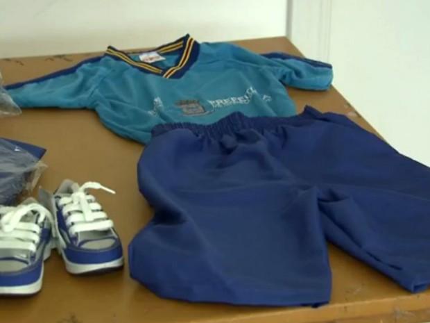 Kit de uniforme escolar que está sendo distribuido as escolas municipais de Campo Grande em 2016 (Foto: Reprodução/TV Morena)