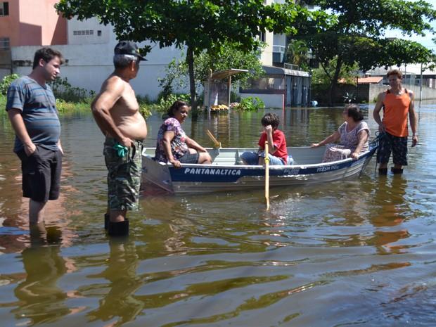 Moradores do bairro Jockey chegam em suas casas só de barco. (Foto: Juliana Borges/G1 ES)