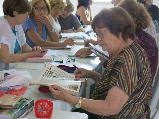 Idosos estudam inglês em Centro de Convivência em Santos (Foto: Mariane Rossi/G1)
