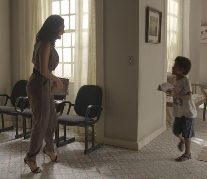 Carolina vai buscar Gabriel no orfanato após recebr guarda do menino (Foto: TV Globo)