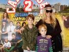 Danielle Winits leva filhos em pré-estreia de filme infantil