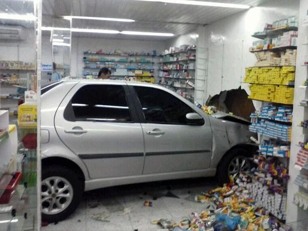 Carro atingiu uma parede e as prateleiras da farmácia, derrubando remédios (Foto: Victor Lyra)