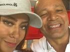 Pai e irmã de Neymar, Rafaella Santos, posam na torcida pelo craque