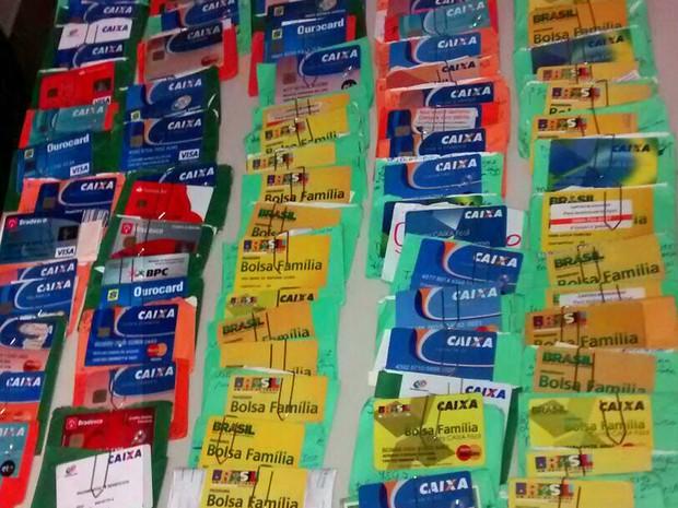 Cartões com senhas anotadas foram apreendidos pela polícia (Foto: Divulgação / Polícia Civil)