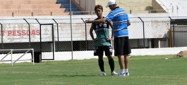 Yuki recebe orientações do técnico do Comercial, Wagner Lopes (Foto: Gabriel Lopes / Comercial FC)