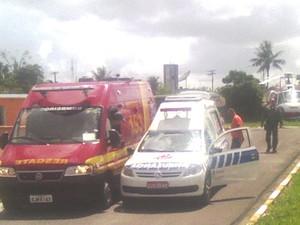 Helicóptero pousa e leva moradora a ambulância em Registro (Foto: Divulgação/Policia Militar)