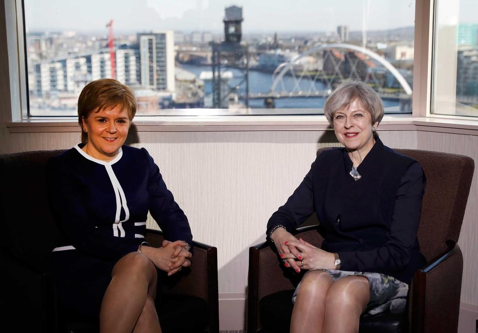 Premiê britânica, Theresa May, e premiê escocesa, Nicola Sturgeon, se encontraram em hotel em Glasgow, na segunda-feira (27)  (Foto: Russell Cheyne/ Reuters)
