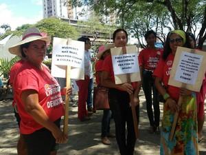 Mulheres levaram placas com frases em repúdio ao presidente da Câmara, Eduardo Cunha (Foto: Lucas Leite/G1)