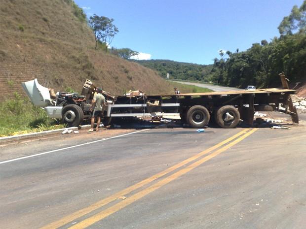 Caminhão perdeu o controle e bateu em um barranco em Aiuruoca (MG) (Foto: Cristiano Neves / VC no G1)