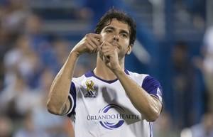 Kaká finge pescar na comemoração do seu segundo gol do Orlando City contra o Montreal Impact (Foto: Paul Chiasson/The Canadian Press via AP)