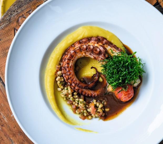 Item novo do restaurante de Carla Pernambuco: polvo, musseline de mandioquinha e molho de tamarindo (Foto: Lucas Terribili / Divulgação)