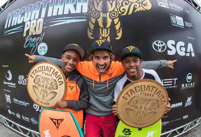 """Matheus Bastos e Socrates Santana posam, com o """"mentor"""" e ídolo Guilherme Tâmega, hexacampeão mundial de bodyboard (Foto: Divulgação)"""