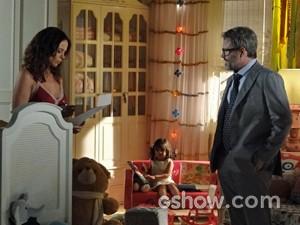 Juliana e Nando discutem por causa de Bia (Foto: Em Família/ TV Globo)