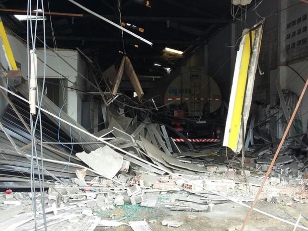 Caminhão invadiu loja após acidente na Avenida Mascarenhas de Morais, no Recife (Foto: Marlon Costa/Pernambuco Press)