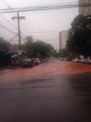 Chuva alagou bairros da região leste de Campo Grande (Foto: Leandro Oliveira/TV Morena)