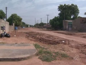Rua fica cheia de poeira na seca e de lama durante o período de chuva (Foto: Reprodução/Rede Amazônica em Roraima)