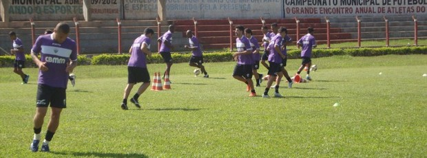 Jogadores treinando no estádio Machadão (Foto: Divulgação/ AEC)