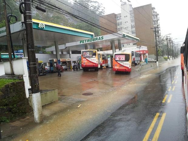 Rio Quitandinha, em alerta máximo, já transbordou 2 (Foto: Deivid Chibaia/Arquivo pessoal)