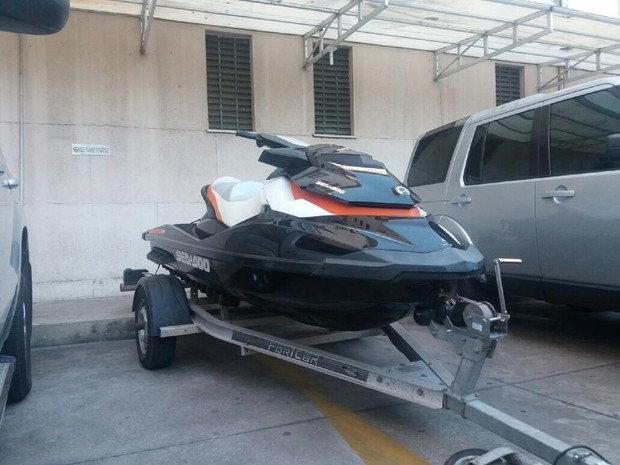 Jet Ski apreendido pela polícia (Foto: Suely Melo/G1)
