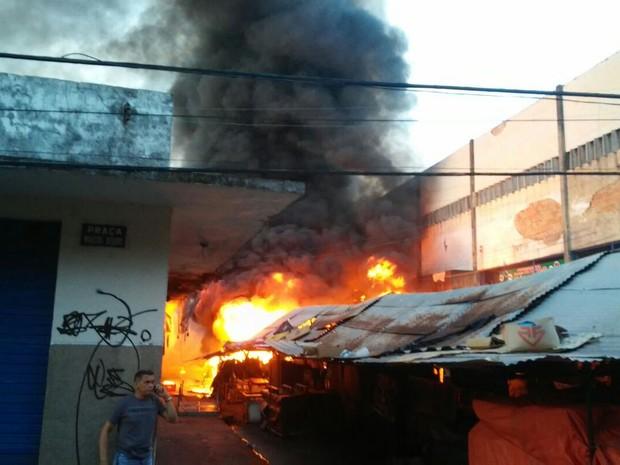 Mercado Velho foi atingido por incêndio na tarde de domingo (Foto: Gil Oliveira/ Tv Clube)