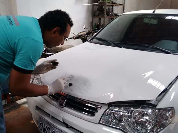 Trabalho dos peritos no carro de Máximo Augusto seguem nesta quarta (6) (Foto: Francisco Júnior/Inter TV Cabugi)