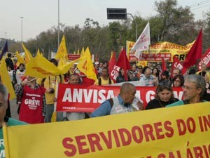 Protesto reuniu servidores de diversas entidades (Foto: Luiz Carlos Garcia/RBS TV)