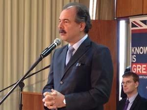Ministro da Educação, Aloizio Mercadante, durante anúncio de acordo com organização do Reino Unido nesta segunda-feira (14). (Foto: Mariana Zoccoli/G1)