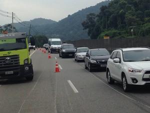 Acidente provoca lentidão na rodovia (Foto: Cássio Lyra/G1)