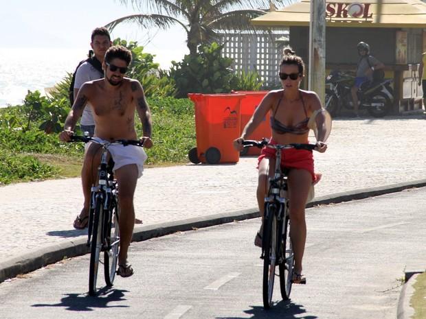 Juliana Didone e namorado andando de bicicleta  (Foto: Johnson Parraguez / FotoRioNews)