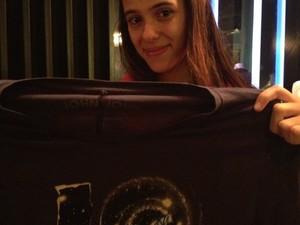 Rafaella, fã de Lindsay Lohan, com a camisa que ganhou da atriz (Foto: EGO)
