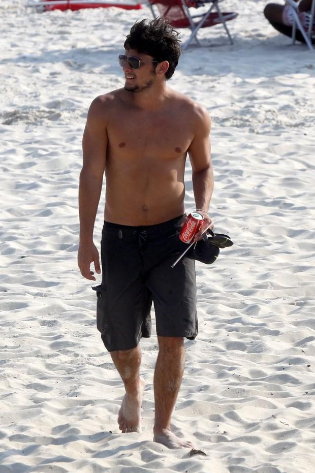 Bruno Gissoni vai à praia no Rio (Foto: Marcos Ferreira/FotoRioNews)