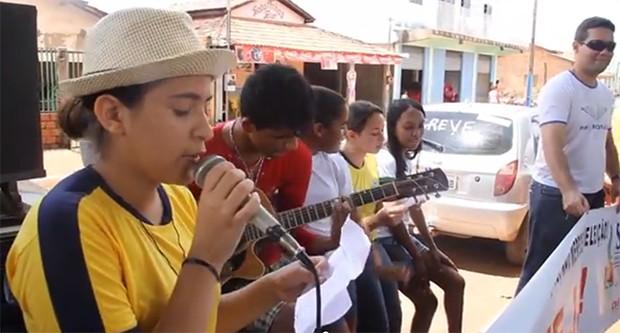 Estudantes criaram paródia de Lepo Lepo em apoio aos professores da rede estadual (Foto: Reprodução/YouTube)