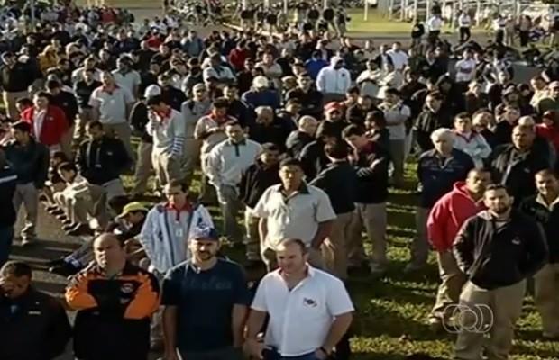 Cerca de 1 mil funcionários da Mitsubishi de Catalão tiram licença remunerada Goiás (Foto: Reprodução/ TV Anhanguera)