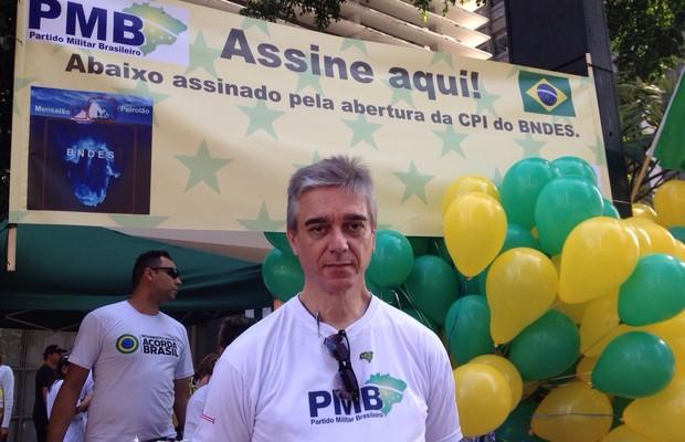 Na esquina da Avenida Paulista com a Rua Augusta, integrantes do Partido Militar Brasileiro coletam assinaturas para a abertura de uma CPI do BNDES (Foto: Aline Ribeiro/ÉPOCA)