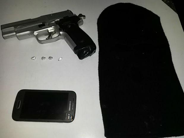 Polícia apreendeu adolescente suspeito de usar revólver de brinquedo em assalto (Foto: Divulgação/Polícia Militar)