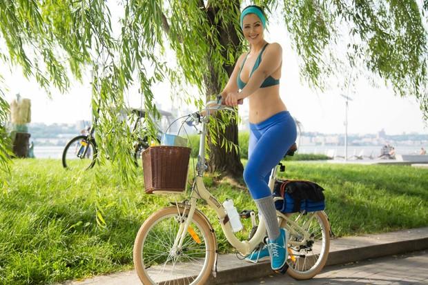 Nana Gouvêa com a bicicleta que ganhou do marido, Carlos Keyes (Foto: Carlos Keyes/Facebook)