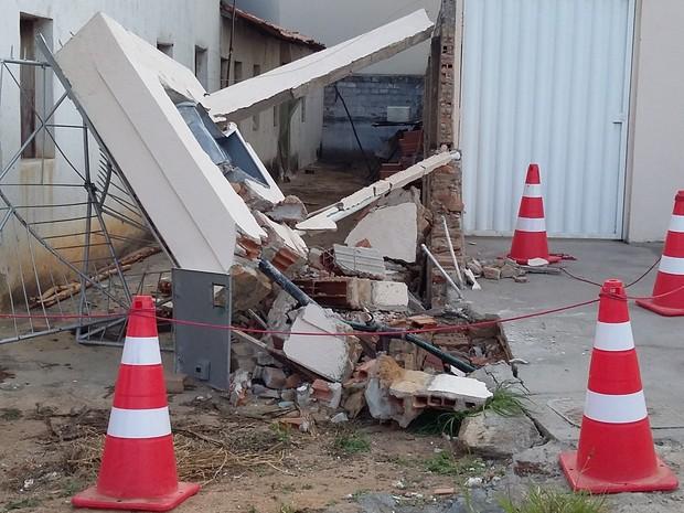 Padrão de hotel atingido por carreta em Itaobim. (Foto: Divulgação/Polícia Rodoviária Federal)