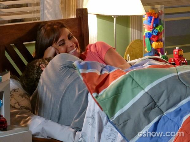 Clara e Cadu se espremem na cama com Ivan (Foto: Em Família/ TV Globo)