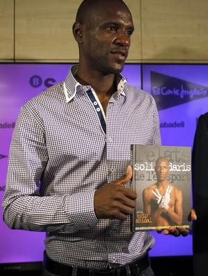 Eric abidal lançamento livro (Foto: Agência EFE)