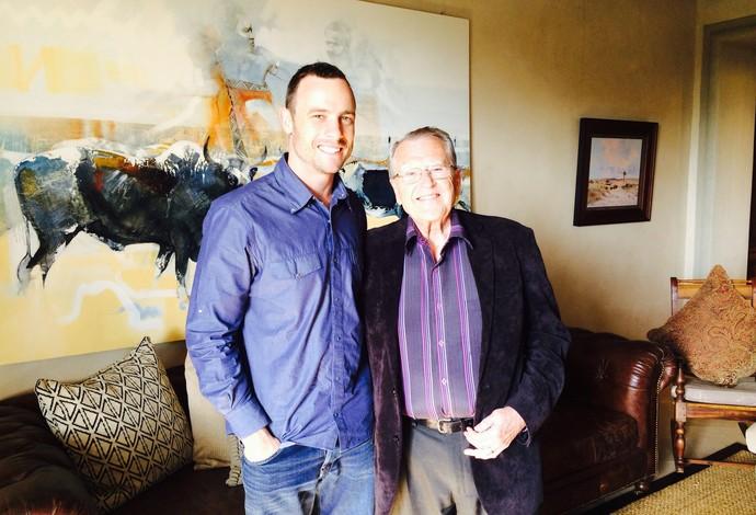 Pistorius e o pastor Robert Tillman Kendall em um almoço na casa do atleta paralímpico em Pretória (Foto: Reprodução/Twitter)