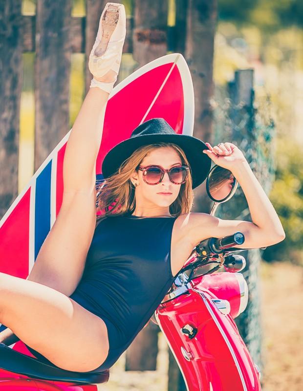 Bailarina posa com moto  (Foto: Rafael Magalhães/Gshow)