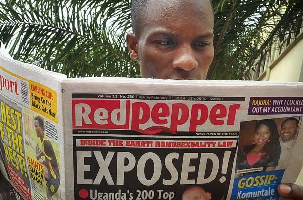 Ugandense lê edição desta terça-feira (25) do jornal 'Red Pepper' em Campala (Foto: Stephen Wandera/AP)