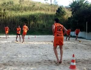 Atletas vêm treinando em uma quadra de areia na sede do time de futebol (Foto: Reprodução/TV Rio Sul)
