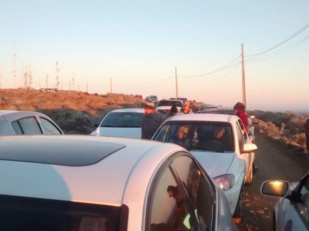Turistas fizeram filas em direção ao Morro das Torres em Urupema (Foto: Vitor Hugo Bittencourt/RBS TV)