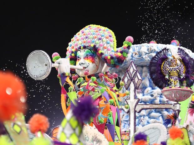 Carro alegórico 'assopra' papel picado por corneta durante desfile da Mocidade Alegre (Foto: Raul Zito/G1)