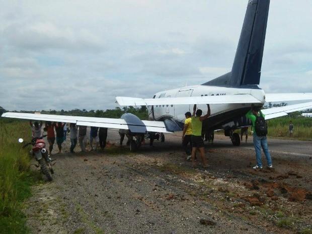 Avião atolou em pista de pouso de Jordão (AC) (Foto: Rosenir Arcenio/Arquivo Pessoal)