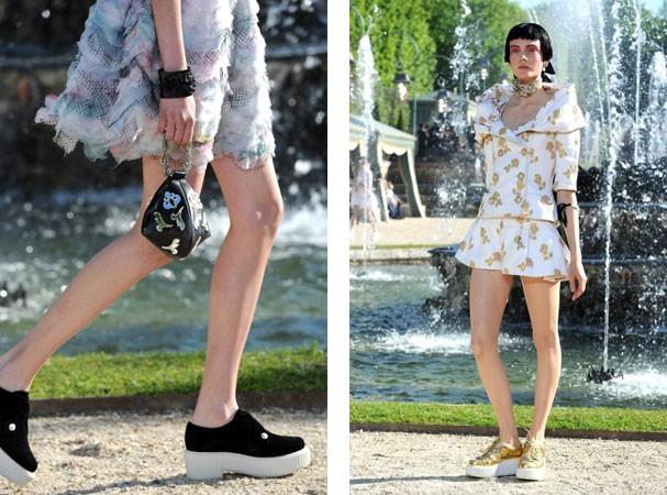 Na passarela resort 2013, montada em meio aos jardins de Versailles, a Chanel apresenta creepers em clima rococó (Foto: Getty Images)