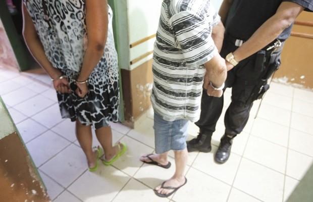 Pais foram presos suspeitos de aliciar os filhos para prostituição, em Goiás (Foto: Ricardo Rafael/ O Popular)