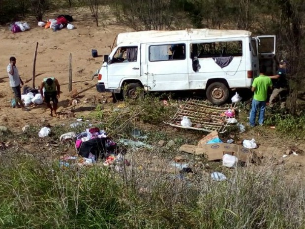 Van caiu de ribanceira na BR-242 (Foto: Edivaldo Braga/Blog Braga)