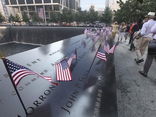 Bandeiras americanas são colocadas no parapeito com os nomes das vítimas no Memorial de 11 de Setembro (Foto: Reuters/Chris Pedota/Pool )